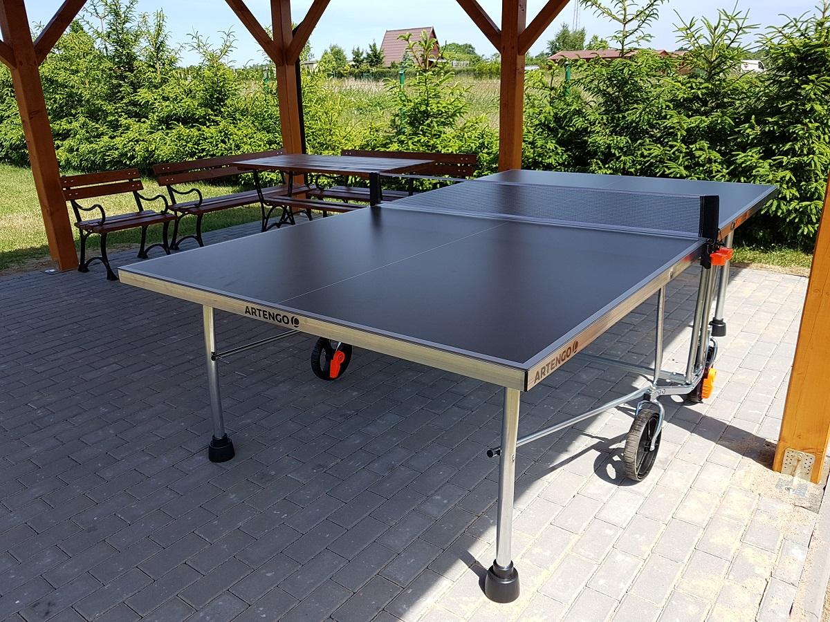 Stół do gry w ping-ponga przy domkach w Wiciu