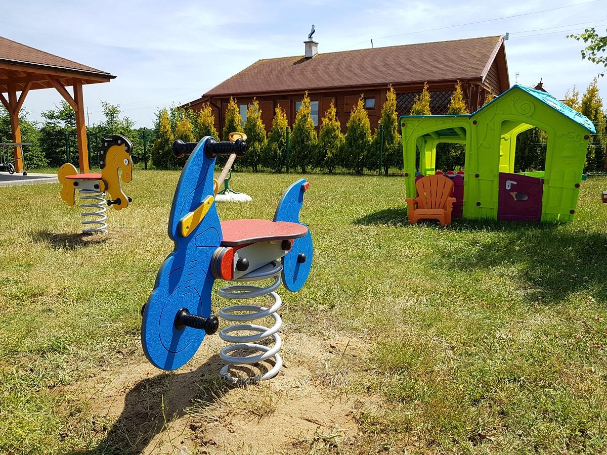 Nowe wyposażenie placu zabaw przy domkach w Wiciu