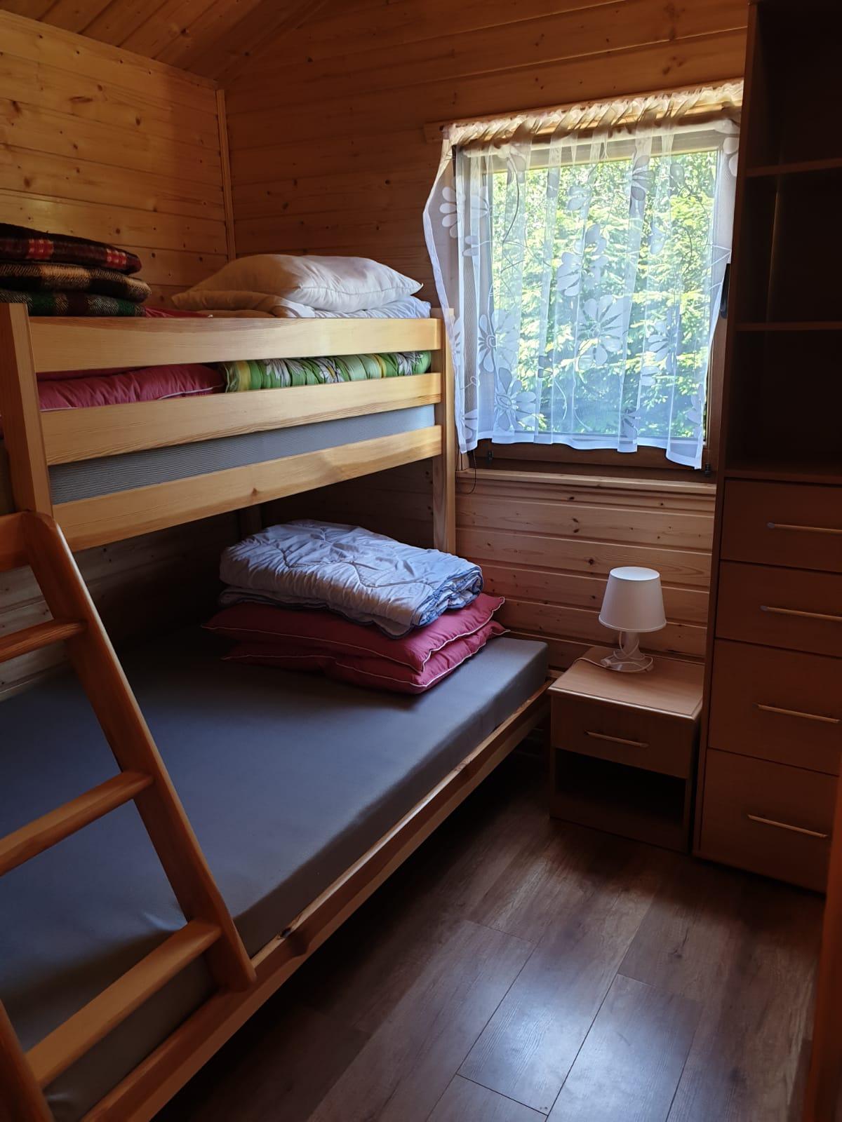 Łóżko piętrowe w sypialni w domku w Wiciu