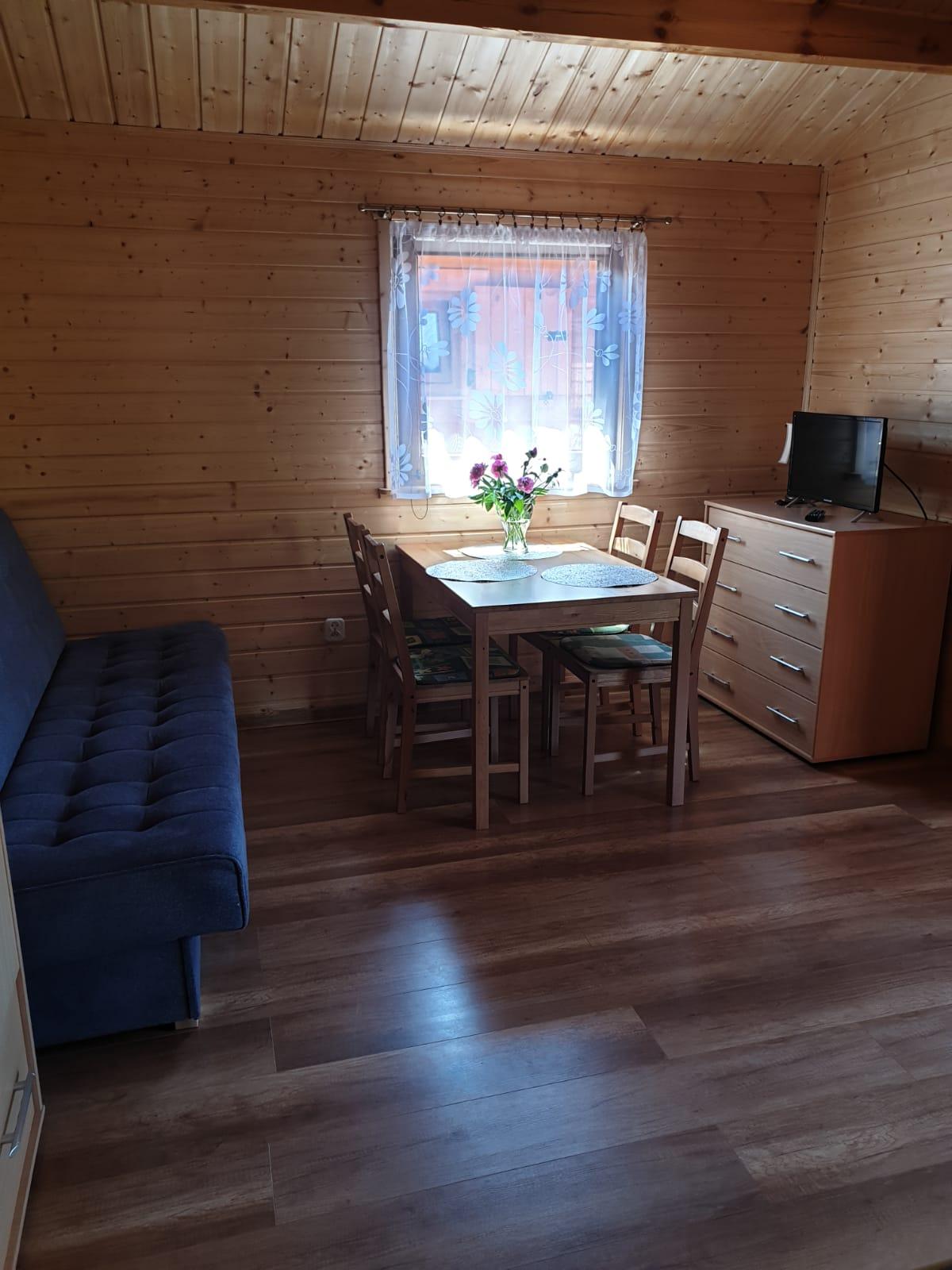 Stół z krzesłami w domku w Wiciu