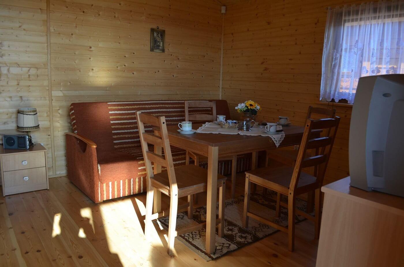 Pokój dzienny w domku letniskowym nad morzem